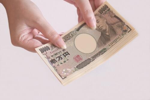 お金を持つ女性の手